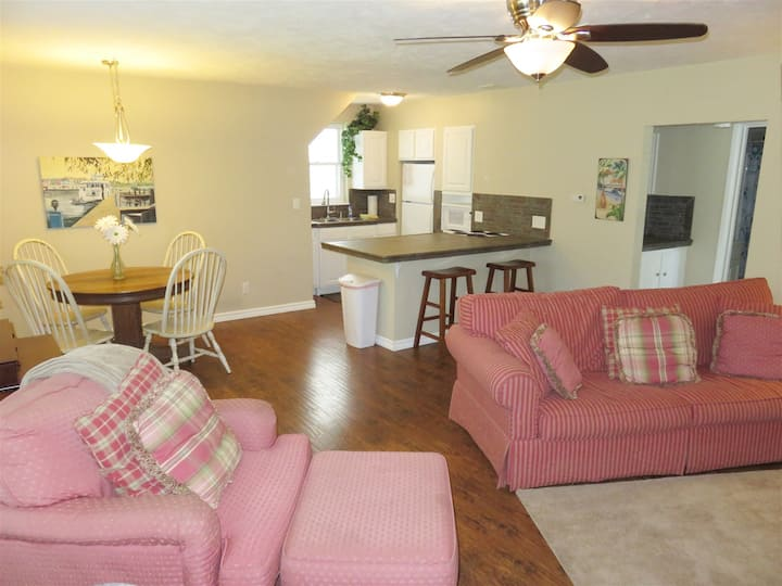Park Side: Centrally located downtown apartment with patio and fire pit