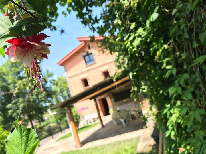 Casa con jardín en aldea de Asturias
