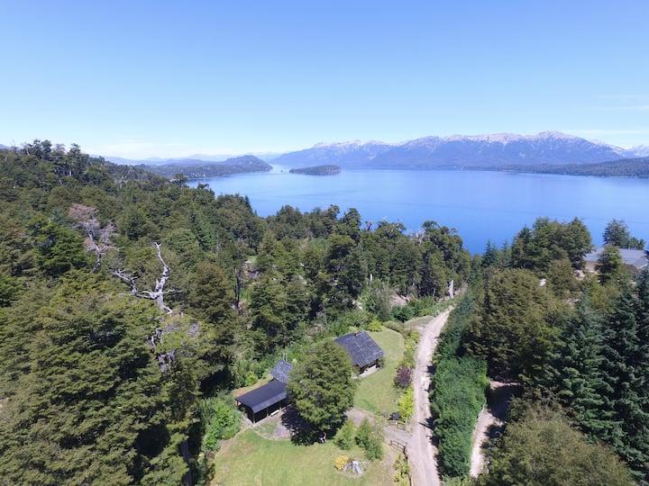 Cabaña con hermosa vista al lago y a la cordillera