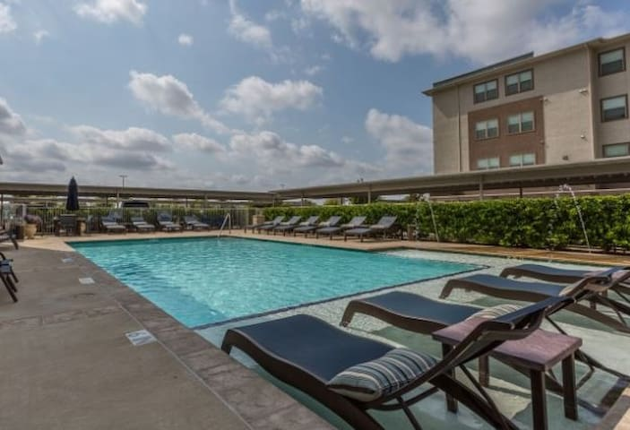 Large King Bed Apartment! Pool & Gym! Med Center A