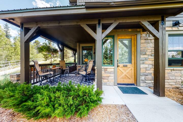 Stylish mountain condo w/ shared pool & hot tubs, full kitchen - close to lifts!