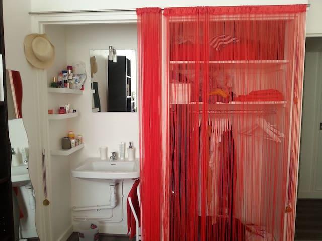 lavabo et penderie dans la chambre