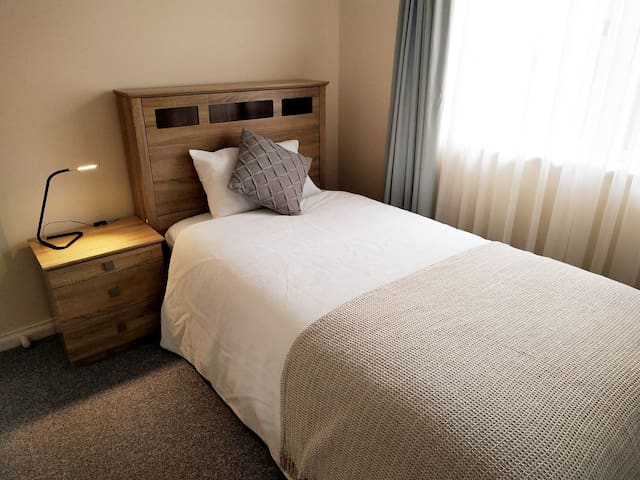 Walk to the airport~King Single Bed for 1 guest