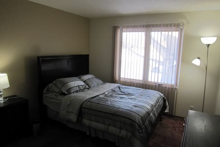 Master Bedroom With Private 2-pc Bathroom - Okotoks - Rumah