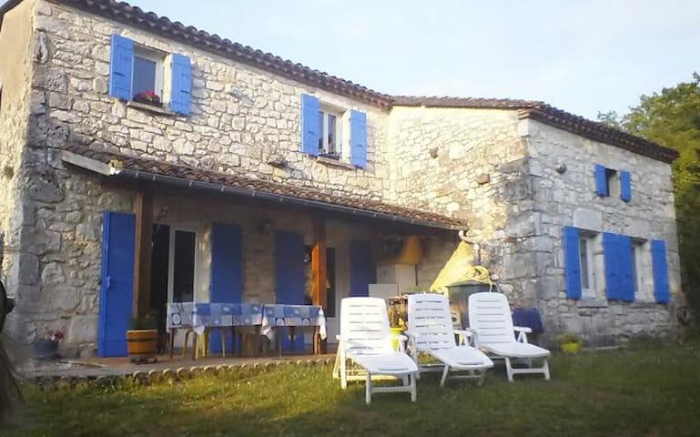 Room in a calm stone house, Bed & Breakfast. - Villeneuve-sur-Lot - Bed & Breakfast