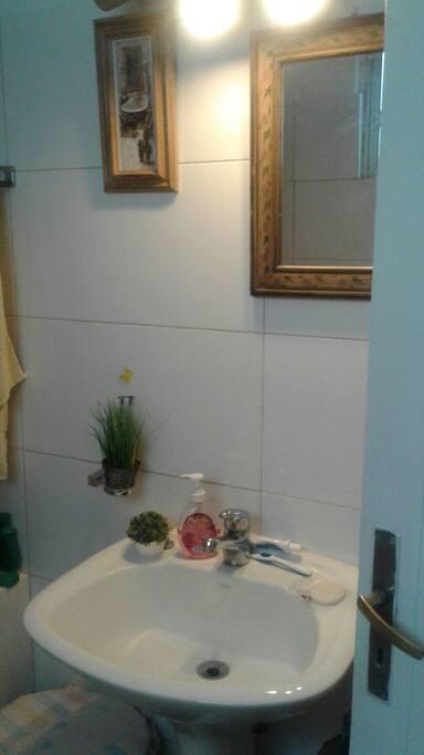 Baño cómodo,luminoso,con espacio para darte una ducha tranquilo