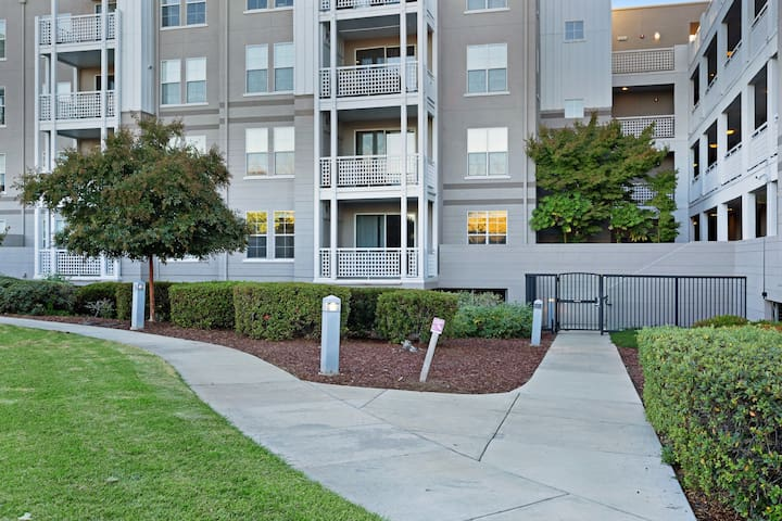 NEW LISTING! Updated Silicon Valley condo w/ shared pool/hot tub/gym