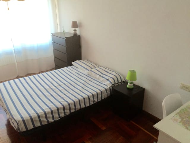 Spacious room,  bathroom in hallway - Pamplona - Casa