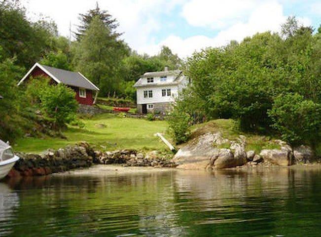 Hus ved sjøen, Småvikane - Sagvåg - Huis