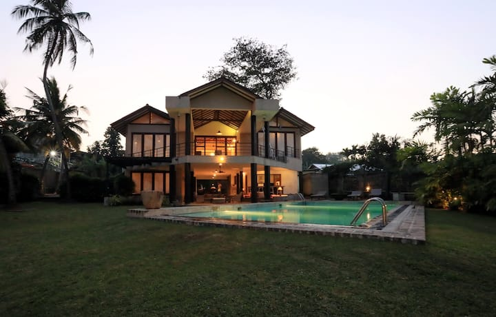 ⭐Private Pool Villa Bordering Lake, Moratuwa