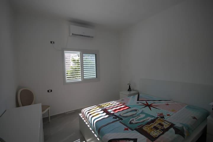 Chambre double avec lit queen size.