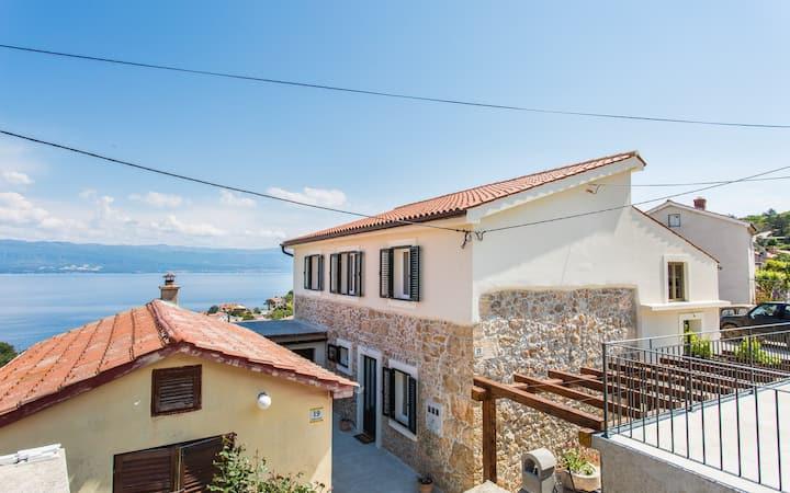 Bonaca 2 renovated apartment with sea view