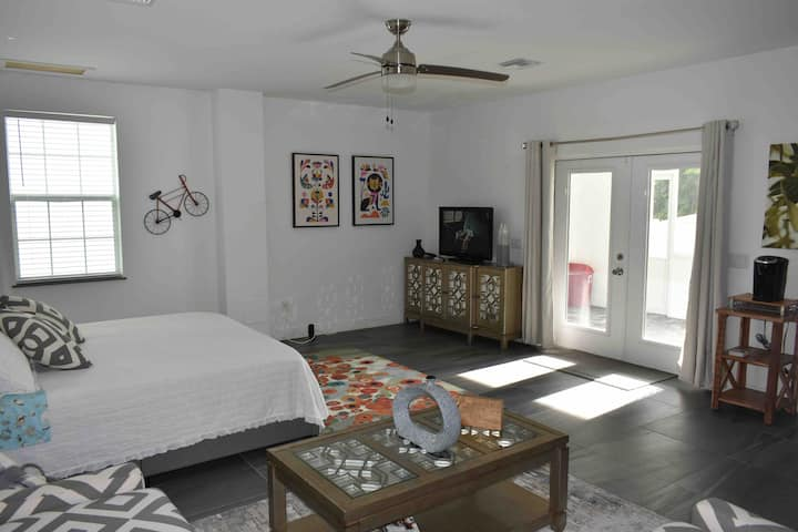 Large Studio, private entrance, best of Naples!!!