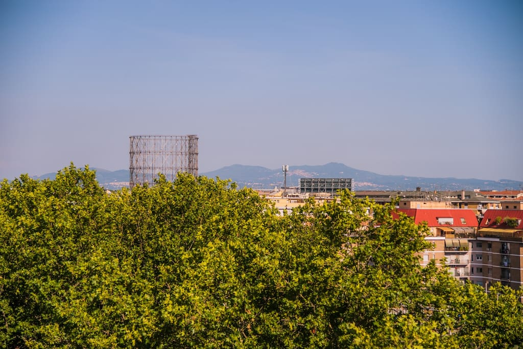 La splendida vista su Gazometro e Castelli Romani.