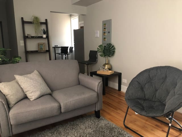 Modern apt near WrigleyField and Boystown