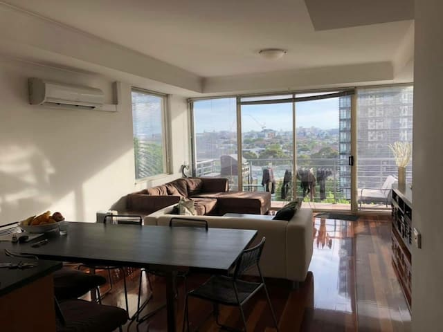 Bright private bedroom in St. Kilda Junction