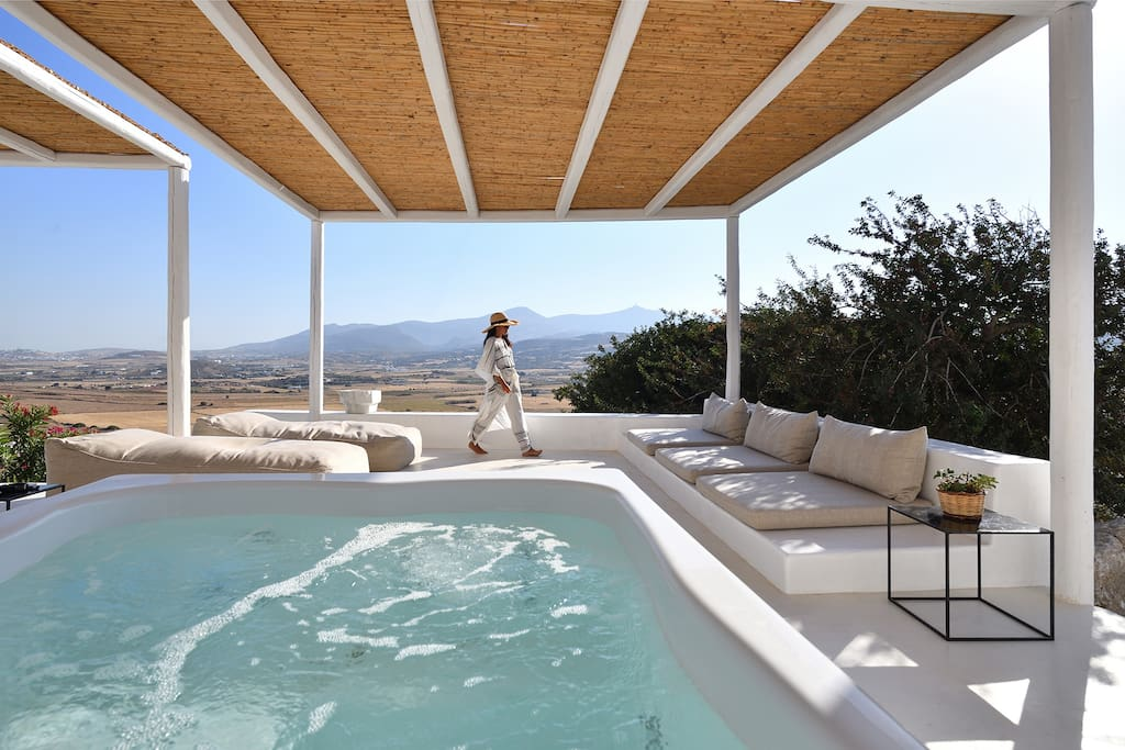 The jacuzzi terrace with lounge corners