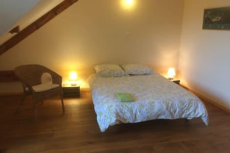 Chambre confortable dans grande maison au calme.