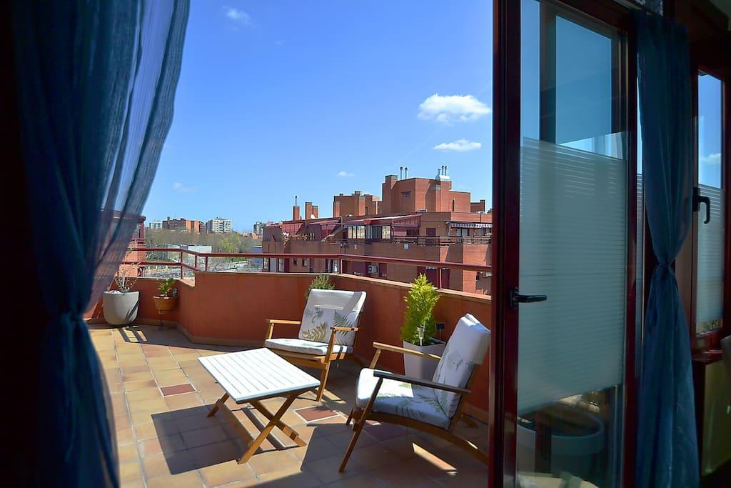 Gran terraza con dos ambientes comunicados, al aire libre y espacio acristalado