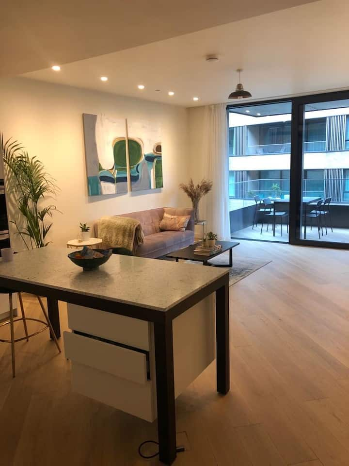Luxury 2 bed below White City House!