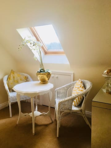 Double room  Charming bright room with en suite.