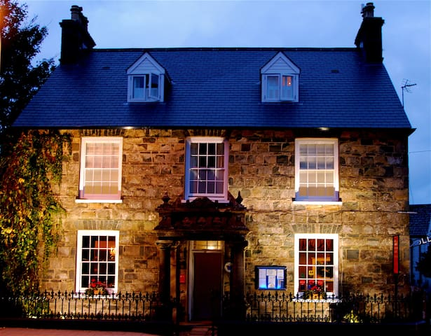 Llys Meddyg Restaurant with Rooms - Newport - Bed & Breakfast