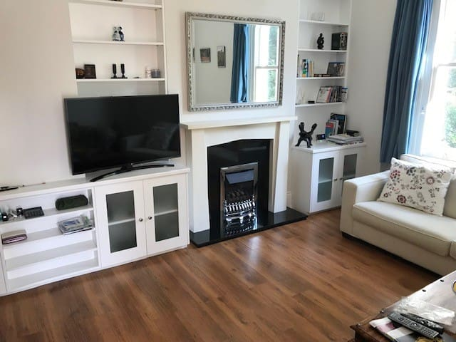 Great 2 bed apartment, Ealing Common (v.near tube)