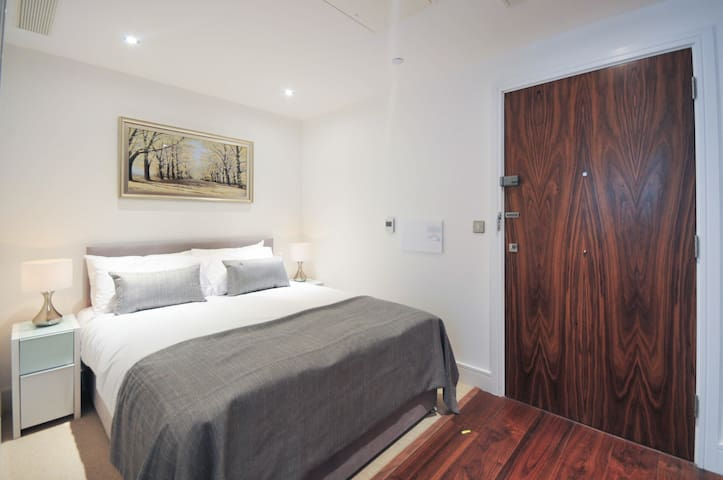 Brand new 21st floor modern flat - London - Apartment
