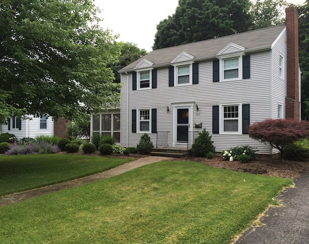 Charming Family Friendly Colonial - Brighton - Dom