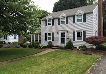 Charming Family Friendly Colonial - Brighton - Casa