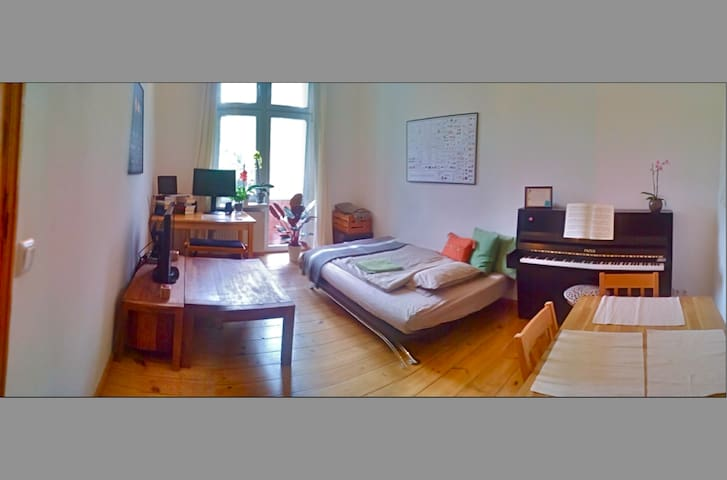 Beautiful sunny 2-bed, hip area, well connected