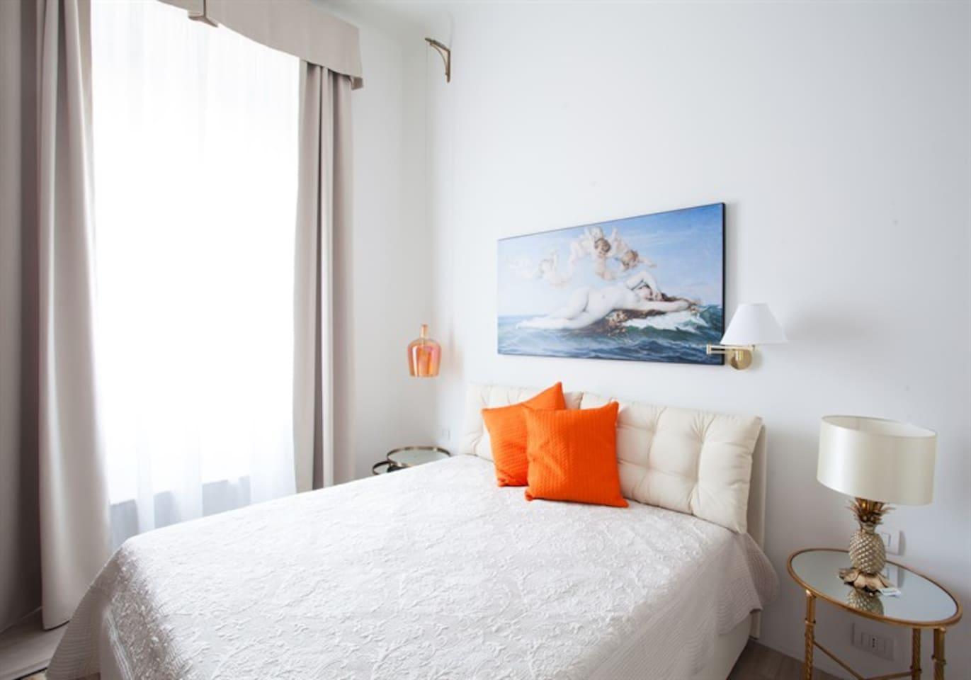 Bedroom : queen size bed, interior details, air conditioning, large wardrobe.  Camera da letto : letto matrimoniale, aria condizionata, ampia guardaroba.