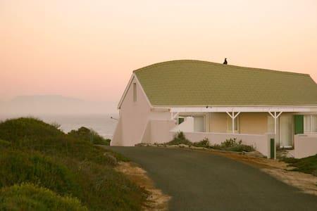 Idyllic beach cottage, Jakkalsfontein - Cape Town - House