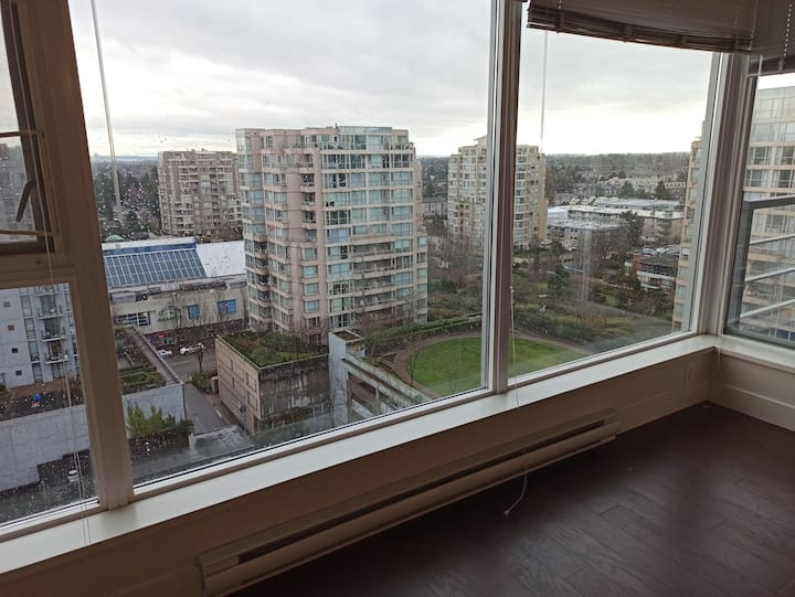 Spacious Richmond Center high rise / 列治文市中心高层公寓