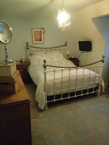 Large Double Bedroom, Ensuite 35 miles  Manchester