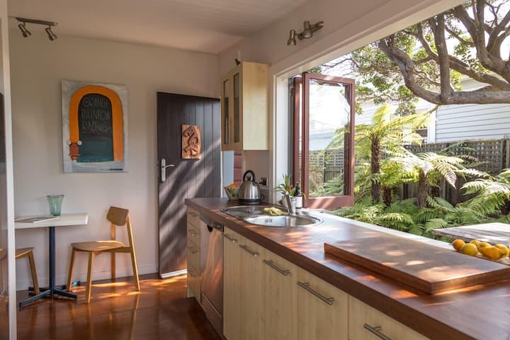 Cute, Modernised seaside cottage [Bach]