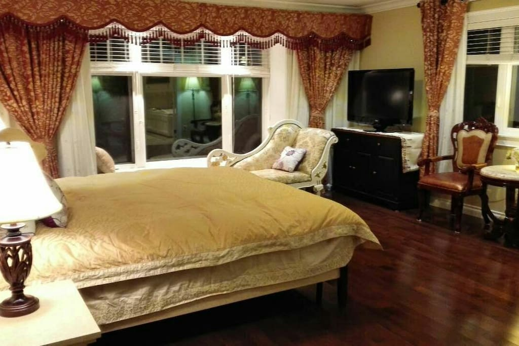 Studio-like Master Ensuite with king size bed& lounge& kitchenette