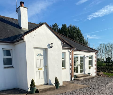 Curlew Cottage, relax with views of  Moffat hills