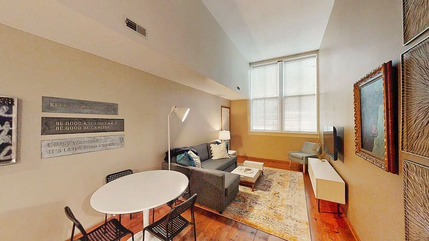 Downtown, Haymarket, easy auto check-in, cozy apt