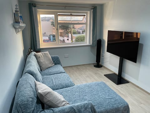 1 min from the beach, newly renovated 2 bed flat