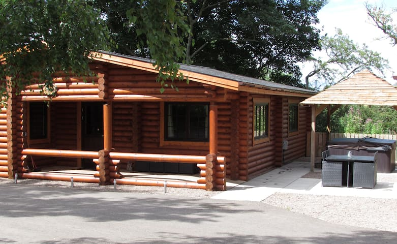 The Tyne Log Cabin with Hot Tub