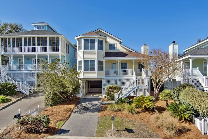 Beautifully decorated cottage steps from the beach & community pool!