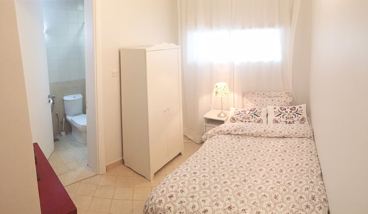 to offer-lovely mini master bedroom-Jumeira-Dubai!