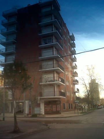 Luminoso 3 amb. 3 cuadras del mar y 1 de peatonal - Miramar - Apartment