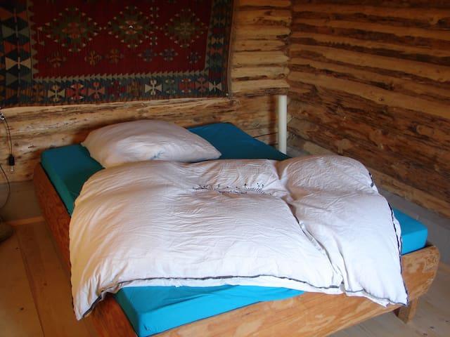 Blockhütte in Mitten eines Permakulturgartens