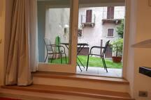 L'amplia finestra sul giardino