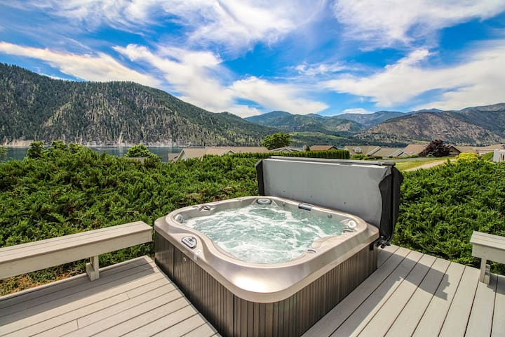 New Listing! Wapato Point home w/ lake view, deck, hot tub & shared pool