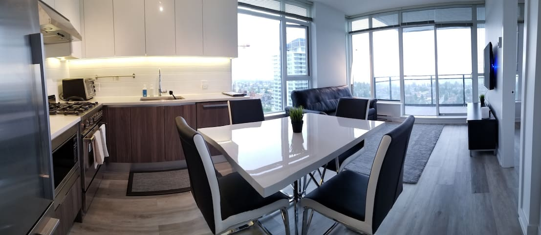 NEW Luxury/Modern Condo in the Sky at Metrotown