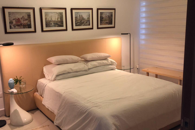 Foto de habitación, también tiene vista y área de trabajo con escritorio y TV