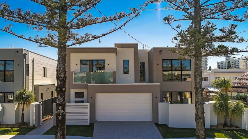 Luxury home in fab location, 200m Burleigh Beach